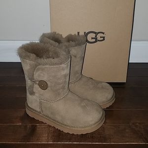 🆕 Ugg kids Bailey button brown